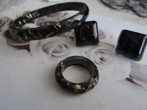 Crni komplet s zlatnim strugotinama